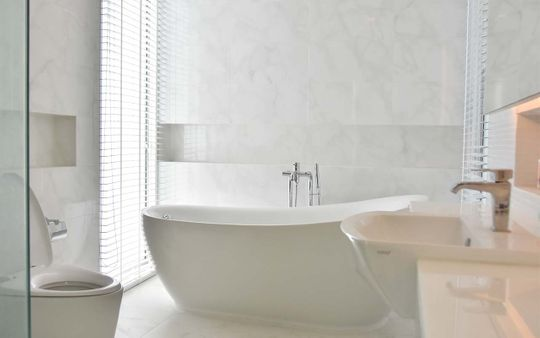 HOME-INTERIOR-BATH-TUB-FREE-STANDING-TILE-MODERN